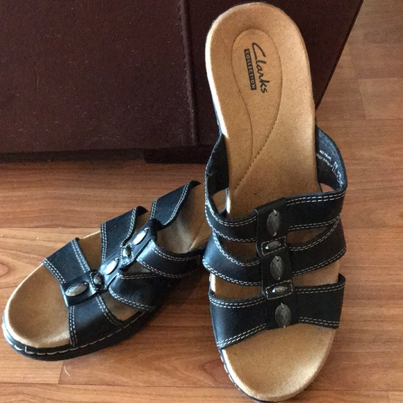 c2dfaf09067 Clarks Shoes - Like NEW Clark s sandals - size 9.5